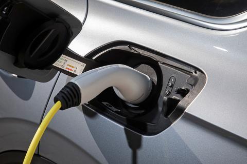 Permite recorrer más de 40 kilómetros en modo eléctrico. Suficiente para el uso diario habitual
