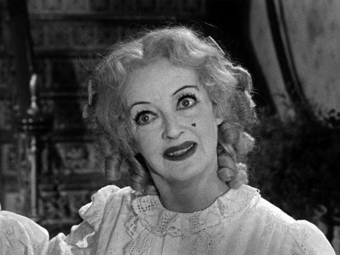 Bette Davis como Baby Jane Hudson.