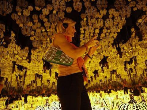El arte de Yayoi Kusama en exhibición en Roma.