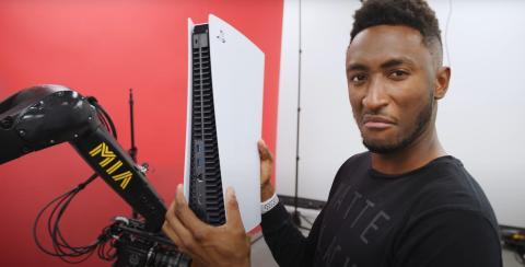 El youtuber Marques Brownlee con una PS5.