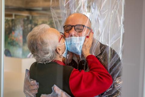 Abrazo en tiempos de coronavirus.