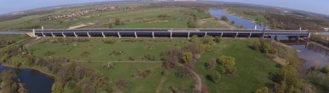 En Alemania, los barcos cruzan los ríos por encima de los puentes