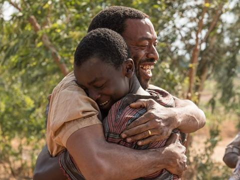 68/5000 Chiwetel Ejiofor y Maxwell Simba en 'El niño que domó el viento'.
