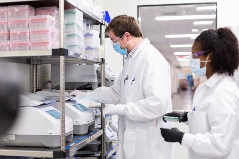Científicos trabajando en el laboratorio de Moderna