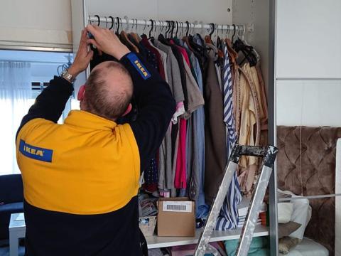 Danks dice que montar muebles de IKEA siempre ha sido fácil para él.