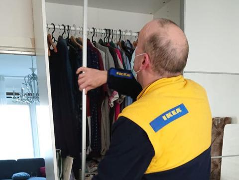 Danks dice que utilizan mascarillas en el trabajo y mientras montan muebles en las casas de los clientes.