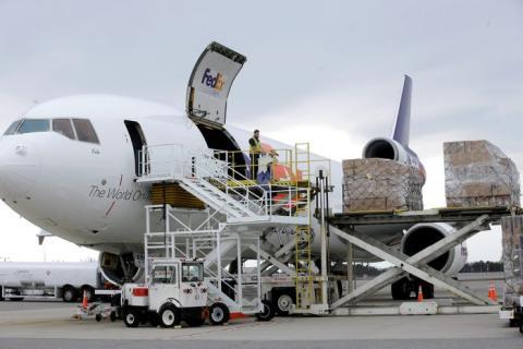 Descarga de un avión de FedEx el 12 de abril de 2020 en el Aeropuerto Regional Manchester-Boston, en Manchester, New Hampshire.