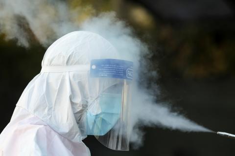 Desinfectar protector facial contra el coronavirus.