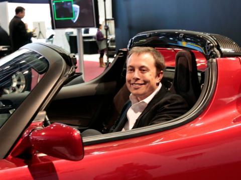 Elon Musk en un coche rojo