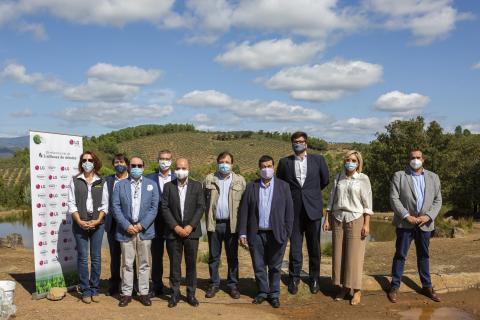 Los representantes de las empresas colaboradoras en la reforestación de Extremadura.