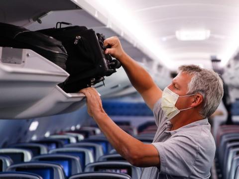 Un avión casi vacío durante la pandemia de coronavirus.
