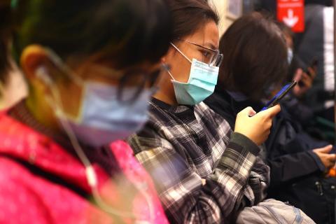 Gente en el metro con mascarilla