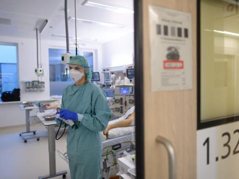 Una enfermera de cuidados intensivos trabaja en la Unidad de Cuidados Intensivos (UCI) del Hospital Universitario de Dresde, en Sajonia, el 13 de noviembre de 2020.