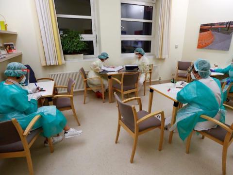 Las enfermeras tienen su turno diario para informar sobre el tratamiento médico de los pacientes que sufren del coronavirus en la sala de aislamiento COVID-19 del hospital DRK Kliniken Berlin Mitte en Berlín, Alemania, el 11 de noviembre de 2020.