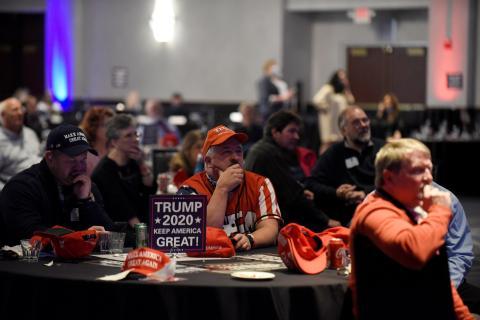 Un grupo de simpatizantes de Trump sigue la noche electoral en Bloomington, Minnesota