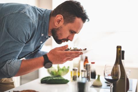 Hombre huele la comida.