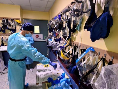 Miembros del personal médico se preparan en la sala de emergencias del hospital Maggiore di Lodi en Lodi, Italia, el 13 de noviembre de 2020.