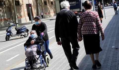 Jubilados pasean con mascarilla por el centro de Barcelona