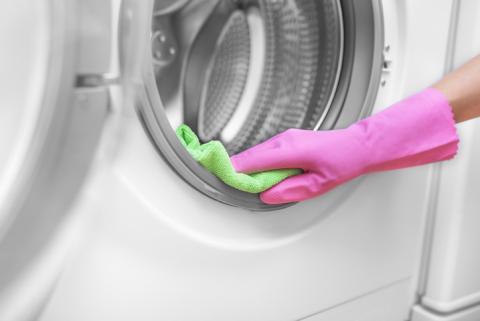 Limpiando la goma de la lavadora.