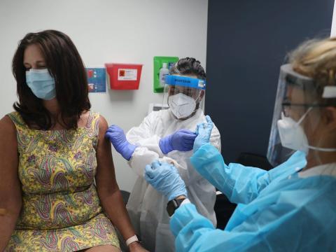 Lisa Taylor recibe la vacuna COVID-19 de RN Jose Muniz.