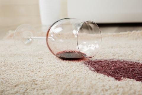 Mancha de vino en la alfombra.