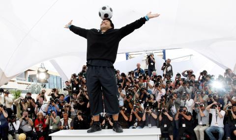 Maradona haciendo equilibrios con un balón
