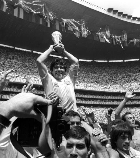 Maradona levanta la copa del mundial