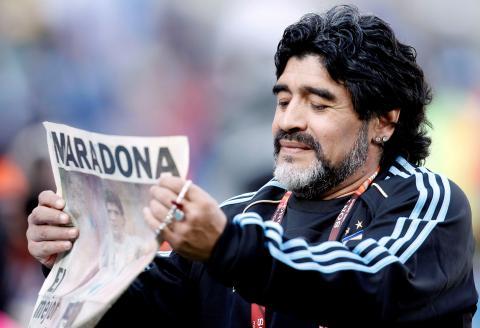 Maradona con un periódico