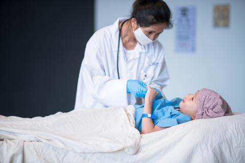 Médica con una niña con cáncer.