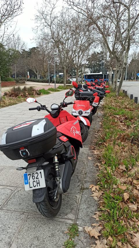 Motos de Acciona aparcadas en la acera, en Madrid.