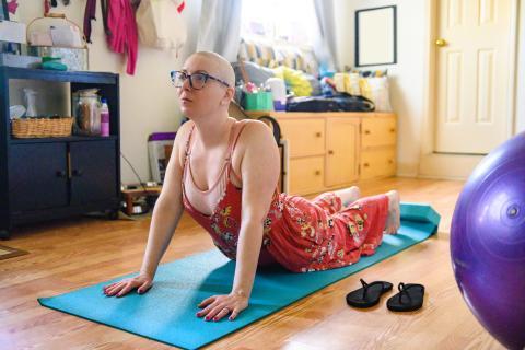 Mujer con cáncer haciendo ejercicio.