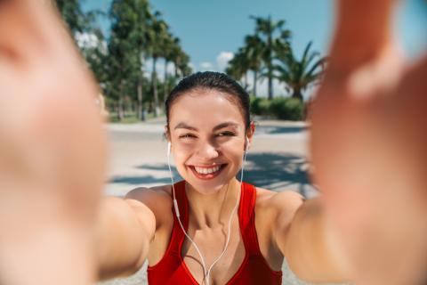 Mujer sacándose un selfie mientras hacer deporte.