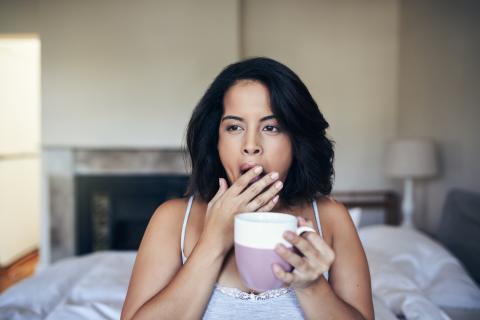 mujer con sueño, café,