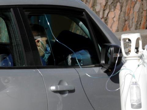 A un paciente se le administra oxígeno mientras espera en un coche a las afueras del hospital de Cotugno, en Nápoles, Italia, el 9 de noviembre de 2020.