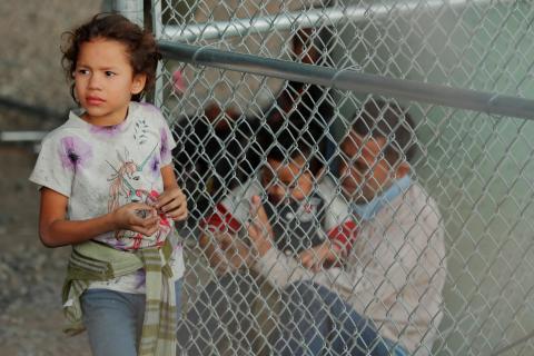 Una niña en un recinto donde se encuentran retenidos varios migrantes por el Servicio de Aduanas de Estados Unidos (CBP), después de cruzar la frontera entre México y los Estados Unidos ilegalmente.