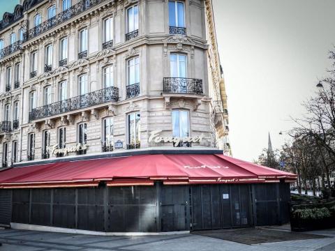 Un restaurante en la avenida de los Campos Elíseos se cierra durante un segundo cierre nacional en París, Francia, el 12 de noviembre de 2020.