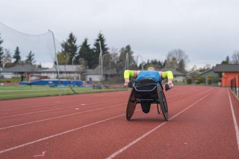persona en silla de ruedas practicando deporte