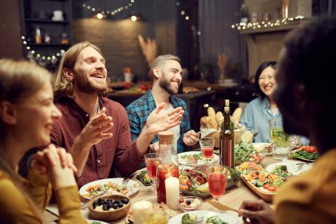 personas cenando, amigos comiendo