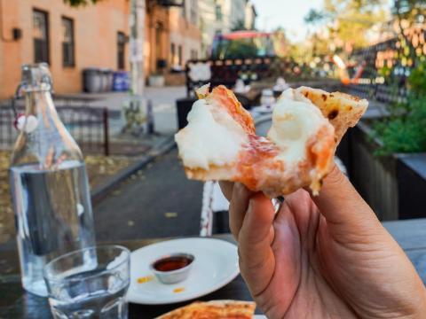 Cena al aire libre en una pizzería en Brooklyn, Nueva York, Estados Unidos.