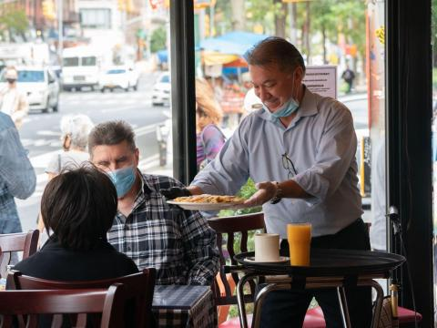 Los restaurantes y gimnasios eran sitios de superdifusión de COVID-19 cuando comenzó la pandemia, según los datos de los móviles.