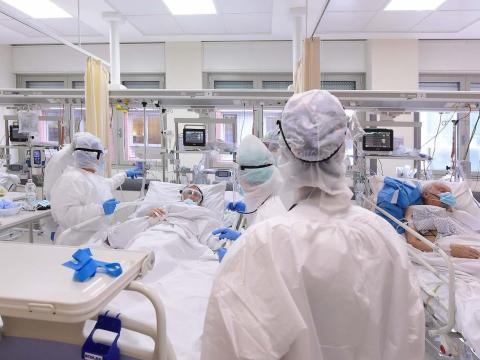 Profesionales médicos con equipo de protección personal tratan a un paciente dentro de una sala COVID-19 en el Hospital de Sant'Orsola el 12 de noviembre de 2020, en Bolonia, Italia.