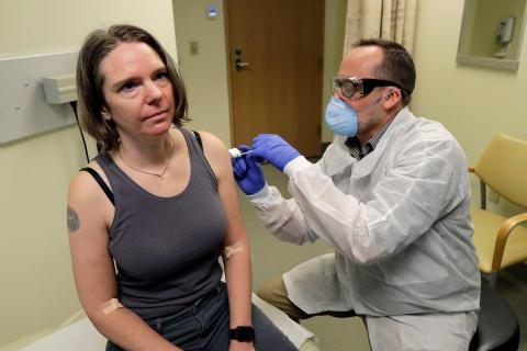 Un farmacéutico de Seattle (EEUU) le da a Jennifer Haller la primera inyección en la primera etapa del estudio de seguridad de una posible vacuna contra el coronavirus, el 16 de marzo de 2020.