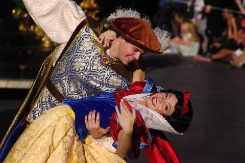 Blancanieves en un parque temático de Disney.