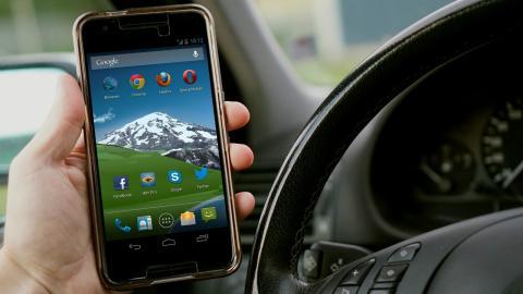 Sostener el móvil en la mano dentro del coche: 600 euros de multa