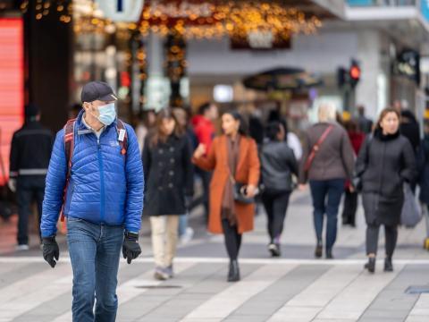 Un hombre con mascarilla camina en la calle durante la pandemia de COVID-19 en Estocolmo, capital de Suecia, el 3 de noviembre de 2020.