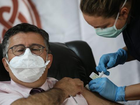 Una enfermera inyecta a un paciente la dosis de la fase 3 del ensayo de vacunas Pfizer y BioNTech en Turquía en octubre de 2020.