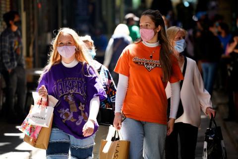 Mujeres de compras durante la pandemia del coronavirus