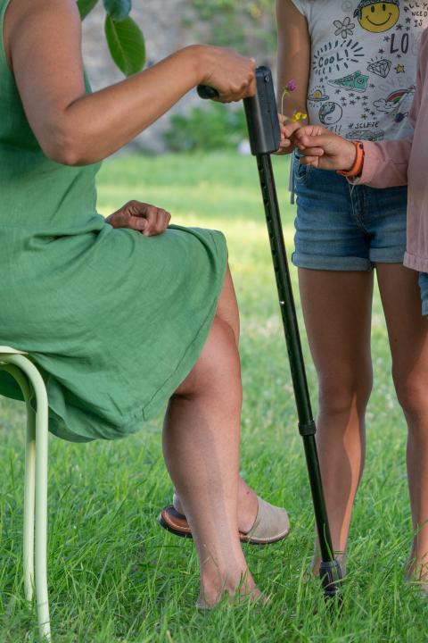 Una usuaria utilizando un bastón Pauto