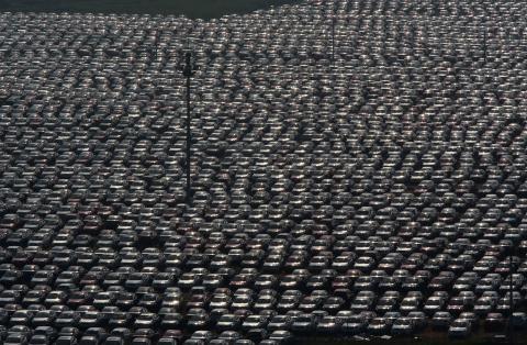 Vehículos aparcados en una fábrica en Shenyang, China