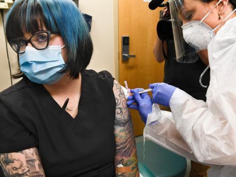 Una voluntaria recibe una vacuna